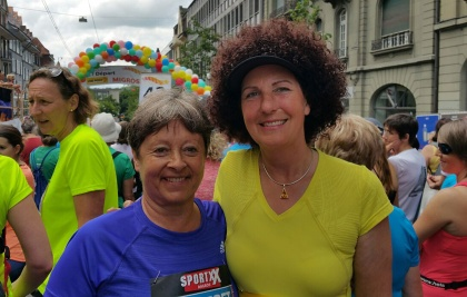 Margret Kiener Nellen (SP) vor dem Start des Frauenlaufs 2015 in Bern mit Danielle Cesarov (Grüne).